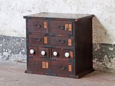 This Japanese Tansu Chest has to be one of our favourite Japanese pieces so far! This Japanese Ta Vintage Bench, Vintage Display, Vintage Chairs, Furniture Vintage, Shop Storage, Cupboard Storage, Japanese Bedroom, Wardrobe Sale, Japanese Furniture