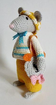 Een zomerse muis...... Ik kreeg van mijn brei en haak vriendin  Breimaan  (die prachtig kleine popjes weet aan te kleden!...