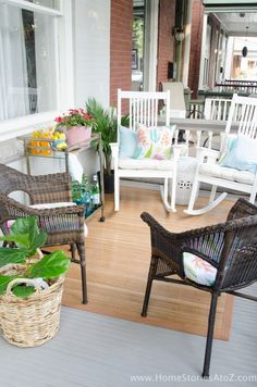 40 Best Spring Porch Design Ideas to Give You Inspiration The dark season is almost over. So let's get ready to welcome the fresh spring to your home! Summer Front Porches, Summer Porch, Patio House Ideas, Patio Ideas, Porch Ideas, Yard Ideas, Porch Furniture, Outdoor Furniture Sets, Porch Kits