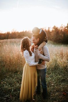 ideas for baby pictures winter family portraits Family Portrait Outfits, Fall Family Portraits, Fall Family Photo Outfits, Family Portrait Poses, Family Picture Poses, Poses For Family Pictures, Family Portraits Outside, Couple Pictures, Family Shoot