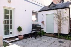 Courtyard garden with pale green and pink accents Diy Garden Fence, Garden Hose, Garden Ideas, Interior Design Jobs, Masonry Paint, Outdoor Rooms, Outdoor Decor, Raised Planter, Living Room Flooring