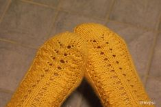 This is an old traditional pattern. Knitting Socks, Knit Socks, Good Old, Mittens, Yellow, Crochet, Pattern, Accessories, Art