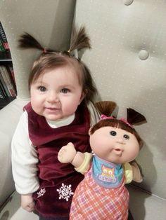 Parecidos razonables: niña y muñeca.