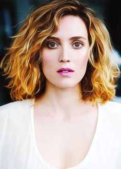 Évelyn Brochu-- I love the way her eyeshadow is done and the colouration of her hair <3 <3