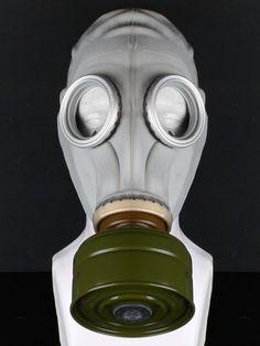 Remis en stock / Back in stock: Masque à gaz blanc armee militaire avec filtre kaki et sac G-5 punk post apocalyptic  Prix: 19.90 #new #nouveau #japanattitude #masks #masques #punk #rock #fetish #jeuxvideo #militaire #jeux #video #femme #mixte #homme #blanc #vert