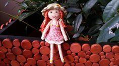 Háčkovaná panenka Růženka Růženka měří 22 cm. Je uháčkovaná ze 100% bavlny, zdobená plastovými knoflíčky a vyplňěná dutým vláknem. Lze prát na 40°C. Prima kamarádka pro malé ručičky ;).