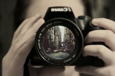 Photoshop a photo of my own into the camera lens! Funny Commercials, Funny Ads, Photography Camera, Love Photography, Inspiring Photography, Street Photography, Object Photography, Travel Photography, Girls With Cameras