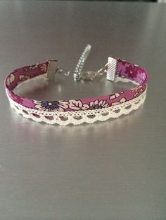 liberty fabric bracelet pink flowers and ecru lace: Bracelet by mimie-and-junk Source by paulineolive Fabric Bracelets, Fabric Jewelry, Handmade Bracelets, Beaded Jewelry, Handmade Jewelry, Beaded Bracelets, Bracelet Crafts, Crochet Bracelet, Jewelry Crafts