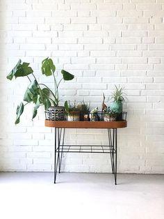 Ein ganz toller Vintage-Tisch für deine liebsten Pflanzen. Damit sie auch wunderbar zur Geltung kommen. Gibt es bei Etsy.