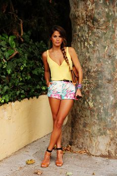 yellow tank top with floral shorts and thin belt - amazing summer outfit