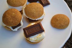 Mini S'mores Whoopie Pies ... these are just so cute! I want to gobble them up!