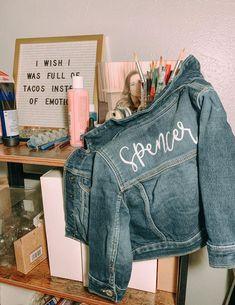 Jean Jacket Design, Jean Jacket Styles, Jean Jacket Outfits, Baby Denim Jacket, Vintage Jeans, Jean Vintage, Painted Denim Jacket, Painted Jeans, Hand Painted
