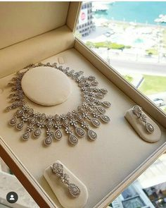 Dress up like a queen . Love this necklace and earrings . Like this morning. Bridal Jewellery Inspiration, Indian Bridal Jewelry Sets, Wedding Jewelry Sets, Wedding Accessories, Antique Jewellery Designs, Fancy Jewellery, Gold Jewellery Design, Diamond Jewellery, Wedding Ideias