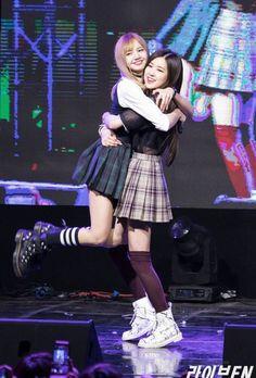 Lisa ve Rose (Black Pink) Blackpink Lisa, Jennie Blackpink, Kpop Girl Groups, Korean Girl Groups, Kpop Girls, Blackpink Fashion, Korean Fashion, Forever Young, Cute Gifs