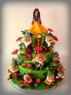 Snow White and the Seven Dwarfs Cake (I sooo want to try this!)