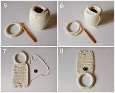 Com sobras de linhas, argola de plástico e alguns minutinhos é possível fazer um lindo Porta Toalha de Crochê para decorar sua cozinha ou b...