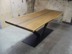 Eiken boomstamtafel 220 x 90, donker gerookt. Complete tafel vanaf 1.550,-- euro.