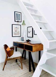 Exploiter l'espace sous l'escalier pour aménager un coin bureau, un rangementsous escalier pour les chaussures et les vêtements, accrocher des photos, aménagerun coin de repos cosy, voici des idées de rangement et d'aménagement pour optimiser l'espace jusque sous l'escalier.Rédigé le 9/02/2016