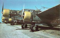 Alignement de Cant Z.1007 bis de la 59a sq., 33° Gr., 9° St. sur le terrain de Viterbe. Italian Air Force, Italian Army, Ww2 Aircraft, Military Aircraft, Royal Air Force, Aviation Art, War Machine, World War Two, Military Vehicles