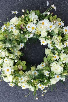 Spring Door Wreaths, Bouquet, Funeral Flowers, Flower Making, Fresh Flowers, Diy Gifts, Flower Arrangements, Centerpieces, Floral Wreath