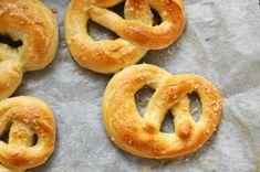 A gyerekek nem csak szeretik, mármint nem csak enni szeretik nagyon a perecet, hanem elkészíteni is. Nincs nagyobb buli a hosszú kígyók tenyérrel hengergetésénél és a perec tekergetésénél.Megenni pedig nem csak a gyerekek szeretik, hanem mindenki. Érdekes emberkísérleteket lehet… Onion Rings, Bagel, Food And Drink, Bread, Snacks, Baking, Ethnic Recipes, Desserts, Tailgate Desserts