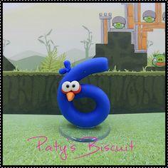 Vela decorada estilizada Blue Bird (Angry Birds). Pode ser feita em outras cores e modelos. <br> <br>Produto sob encomenda. Consulte prazos de produção e envio. <br>Valor unitário. <br> <br>Material: biscuit; base acrílica transparente; pavio de vela mágica estrelada ou vela pequena comum. <br>Altura aproximada: 8cm + pavio.