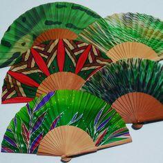 Complementos en verde. Pintado a mano en seda natural. Abanicos y pañuelos exclusivos. Fan Decoration, Silk Painting, Hand Fan, Dani, Etsy, Crafts, Natural, Ideas, Hand Fans