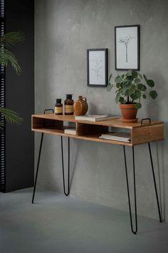 Console d'entrée en bois et métal. Le meuble console MELBOURNE style scandinave est fabriquée en bois d'acacia et offre 2 niches de rangement sous le plateau de 115 cm de large. Les 4 pieds sont en métal noir en forme d'épingle pour un design moderne qui s'intégrera agréablement dans votre décoration intérieure. La console est un petit meuble fort pratique pour l'entrée ou le salon, avec la possibilité d'y poser de nombreux objets déco. Hauteur de la console : 76 cm. Office Wall Design, Home Office Decor, Office Desk, Home Decor, Console Metal, Console Vintage, Home Recording Studio Setup, House Made, New Room