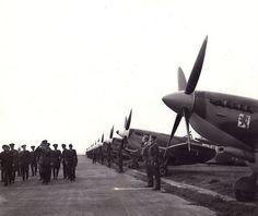 13. srpna 1945, Praha – ruzyňské letiště: 54 spitirů čs. wingu.