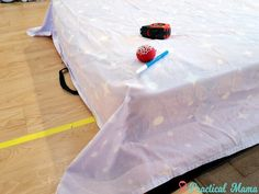 Flat bed sheets slip, but some duvet sets still have them. Turn your flat sheets into fitted sheets w/ 2 different methods: stylish or simple Easy Sewing Projects, Sewing Hacks, Sewing Tutorials, Sewing Patterns, Sewing Diy, Sewing Fitted Sheets, Cider Vinegar Weightloss, Make Your Own Pillow, Flat Bed