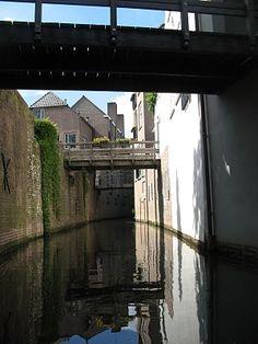Vandijkonline - weblog: Tochtje over de Binnendieze in Den Bosch. Deze foto laat duidelijk zien dat je onder de stad door vaart en het 'gewone' leven zich boven je afspeelt.