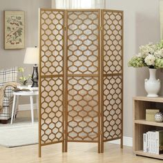 Gold Frame 3-panel 'Lantern Design' Folding Screen (12.340 RUB) ❤ liked on Polyvore featuring home, home decor, panel screens, gold, panel folding screen, gold home decor, folding room dividers, folding screens and colored lanterns