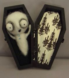 Cute ghost in coffin, any one questioning what to get me, here you go. Halloween Items, Halloween Home Decor, Halloween Projects, Holidays Halloween, Halloween Crafts, Happy Halloween, Halloween Decorations, Halloween Magic, Halloween Miniatures
