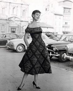 Dress by Simonetta, photo by Regina Relang, 1958 (love the off-the-shoulder style neckline here! Vintage Glamour, Vintage Wear, Vintage Beauty, Vintage Dresses, Vintage Outfits, 1950s Dresses, Vintage Italy, Italian Fashion, Timeless Fashion