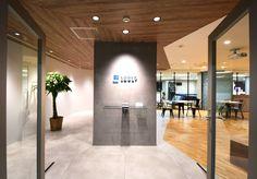 素材感が引き立つ、明るく見晴らしの良いオフィス|デザイナーズオフィスのヴィス Office Entrance, Reception Entrance, Office Reception, Reception Design, Entrance Design, Office Interior Design, Office Interiors, Inside Outside, Design Competitions