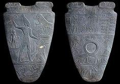 Diritto e rovescio della tavoletta di Narmer. Da Wikipedia:  La tavoletta di Narmer è una lastra votiva e un importante reperto archeologico egizio, datato attorno al XXXI secolo a.C., contenente alcune delle più antiche iscrizioni geroglifiche rinvenute. Secondo alcuni rappresenterebbe l'unificazione dell'Alto Egitto e Basso Egitto effettuata da re Narmer, che taluni identificano con il faraone Menes. Su un lato il re viene raffigurato con la corona bianca a bulbo dell'Alto (meridionale)…