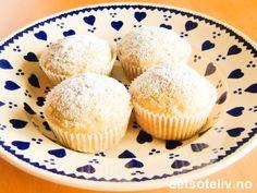 """Denne oppskriften på """"Bananmuffins"""" gir myke, litt kompakte og svært gode muffins med deilig banansmak. Oppskriften er enkel og deigen skal bare røres raskt sammen. Muffinsene er spesielt godt likt av barn - også de helt minste! Oppskriften gir 12 stk."""