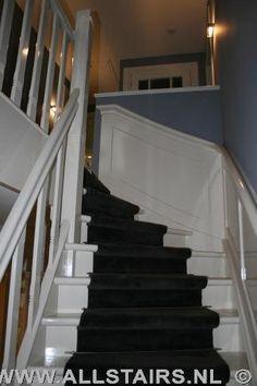 Houten jaren 30 trap met lambrisering |Leuning in lambrisering verwerkt Wainscoting Wall, White Staircase, Vestibule, Stairways, Mudroom, Sweet Home, New Homes, Interior Design, House