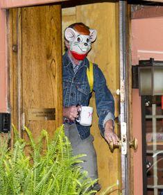 Marido de Kate Spade veste Máscara Bizarra Dois Dias Após Sua Morte