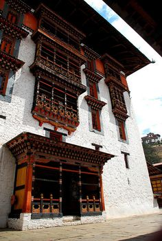 Traditional building in Bhutan. Nepal, Asian Architecture, Amazing Architecture, Sri Lanka, Tenerife, Places To Travel, Places To Visit, Pakistan, Travel Channel