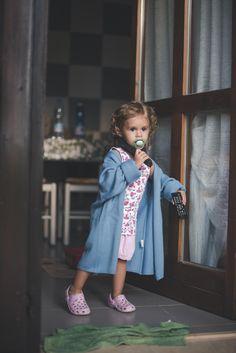 Arianna e le bolle di sapone, in una giornata estiva piovosa e fredda.