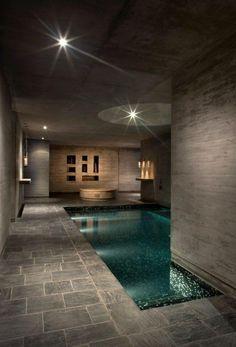 piscine intérieure, murs en béton et architecture intérieure moderne