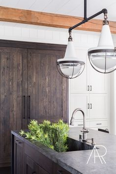 Alyssa Rosenheck – Jennifer Robin Interiors – A dark stained paneled refrigerato… Ceiling Finishes, White Shaker Cabinets, Concrete Counter, Laminate Counter, Quartz Counter, Wooden Counter, New Kitchen, Kitchen White, Kitchen Ideas