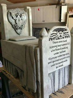 Boogey man bed tomb by Halloween Forum member. This is a foam carve! Amazing :) by aracisgon Halloween Forum, Halloween Graveyard, Halloween Tombstones, Halloween Projects, Halloween Night, Holidays Halloween, Halloween Diy, Happy Halloween, Graveyard Shift