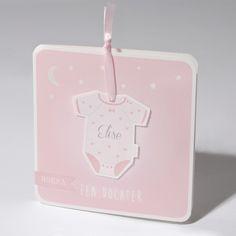 Klassiek vierkant geboortekaartje met afgeronde hoekjes met rompertje aan roze lint. Ook in het blauw verkrijgbaar. Prijs vanaf €1,62