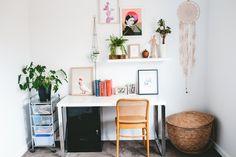Emma & Cody's Light, Bright Renovated Australian Home - die gesamte Ecke ist schön, aber der Stuhl ist am besten.