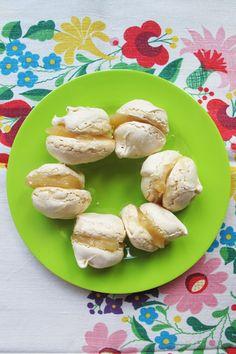 Lemon curd and merengue kisses