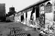 painting the Wall from the West Side in September 1989, right before the Wall would be opened on Nov. 9, 1989                                          Die Mauer verschönern. Kurz vor der Wende, im September 1989, war die Mauer am Kreuzberger Bethaniendamm in Westberlin beliebter Kunstort.    Foto aus: Die Berliner Mauer 1961-1989 (Berlin Story Verlag)