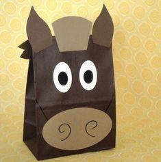 Hecho por encargo - conjunto de 10 a mano caballo diseño fiesta tratar sacos para tus niños granja, país, rima, vaquero, corral, Western, Pony o Animal tema cumpleaños! Las bolsas son de papel en el color marrón oscuro. Los caballos pueden realizarse en varias combinaciones de color y arcos