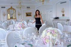 Matrimonio romantico. Gli ultimi controlli della sala del ricevimento nuziale by Cira Lombardo